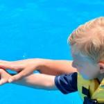 Crianca em programa Interativo com Golfinho - Dolphinaris.