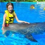 Inolvidable interacción de niños con delfines.