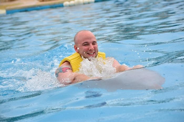 Aunque llueva en Cancún también se puede nadar con delfines.