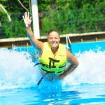 Feliz nadando com os golfinhos