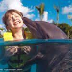 Niños nadan gratis con delfines en Dolphinaris Riviera Maya Park