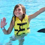 Niños nadan gratis con delfines en Dolphinaris Barceló