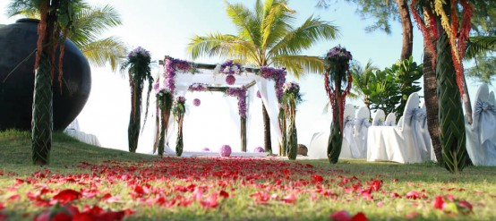 Floral arrangements are an important issue in a beach wedding.