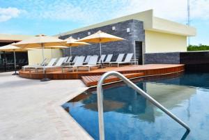 The Sundeck Lounge Cancun Dolphinaris alberca al infinito camastros