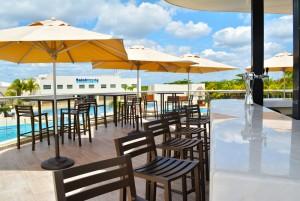 The Sundeck Lounge Cancun Dolphinaris bar con bebidas premium