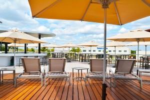 The Sundeck Lounge Cancun Dolphinaris deck privado vista espectacular de los delfines