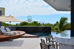The Sundeck Lounge Dolphinaris Cancun bar exterior junto a piscina